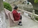 サムネイル:靴に刺繍しているおばさん
