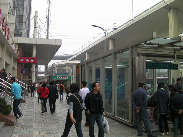 写真:錦江楽園駅 改札を出て左へ(西へ)進みます