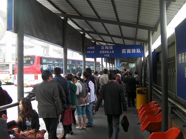 写真:バス乗り場へ向かいます