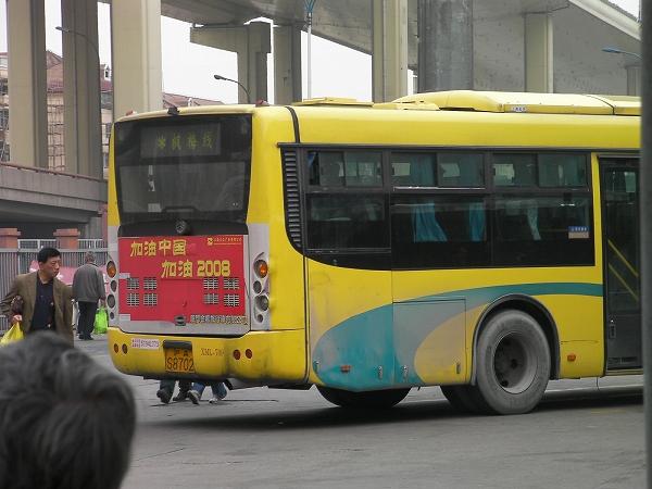 写真:楓梅線バス到着、しかし乗れず。
