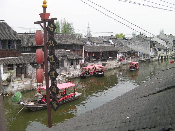 写真:レストランの窓からの運河
