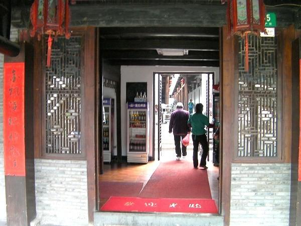 写真:入口左横のレストランへ
