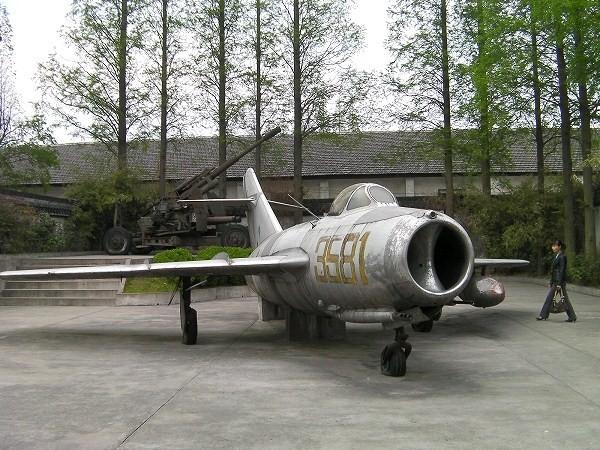 写真:人民公社跡の戦闘機